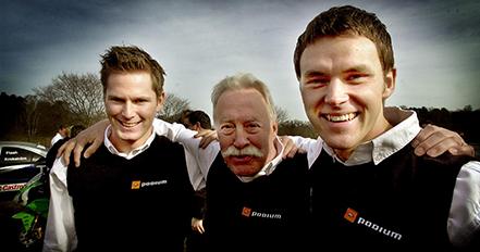 2003 03 18 Podium Racings galjonsfigur Picko Troberg kramar om sina nya Seat-förare Robin Rudholm och Johan Sturesson. Bild. Tommy svensson