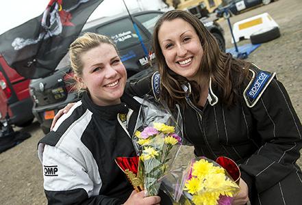 Hässleholmstjejerna Victoria Lindh till höger med karltäsare Frida Olofsson vann klassen B-förare R1a i SMK Hörbys Express-Specialen.